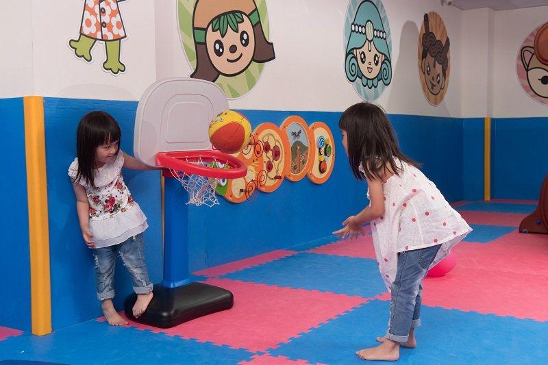 室內兒童遊戲區有許多遊具讓小孩消耗精力