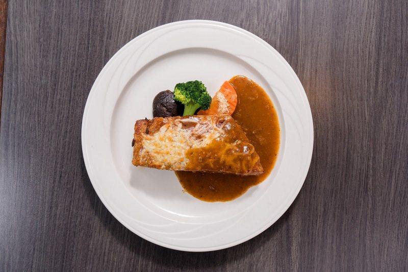 加州風味烤豬肋排鮮嫩肉質與醬汁完美結合