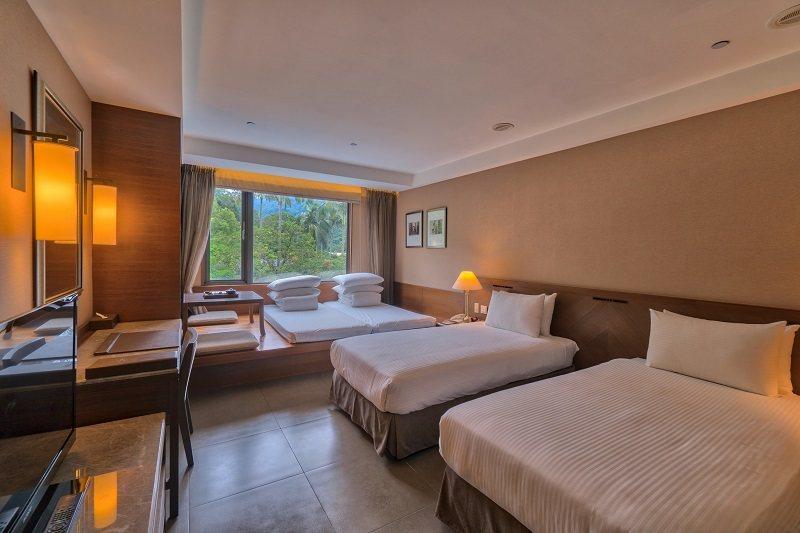 酒店區四人客房適合家庭入住,窗外就是蓊鬱的森林