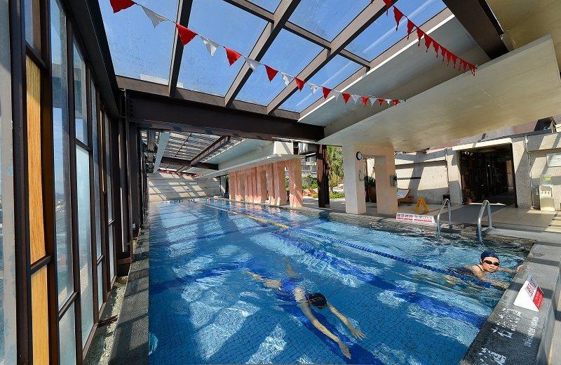 溫水游泳池有玻璃檔版下雨也不用怕