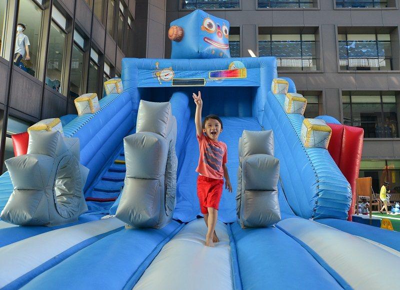 吉祥物藍寶氣墊滑梯超好玩