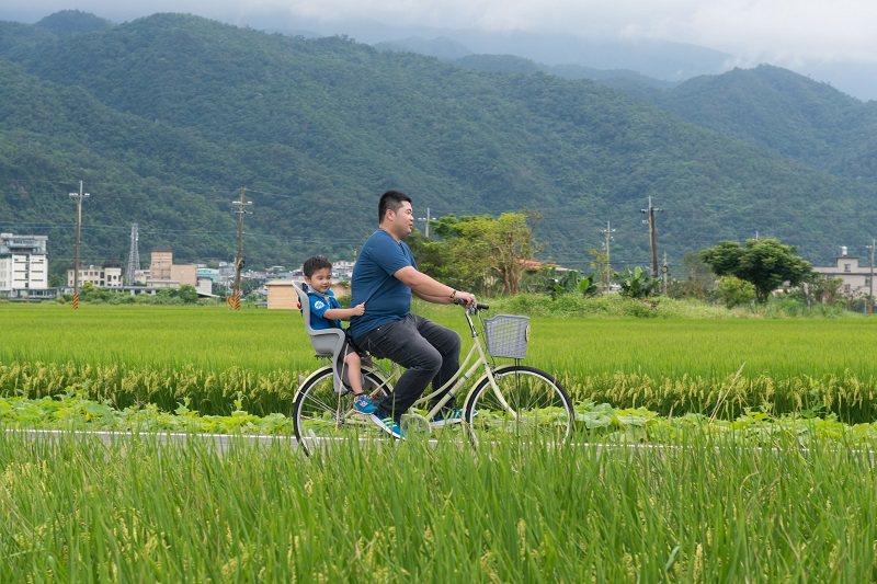 親子騎乘飯店免費提供的自行車悠遊綠野平疇