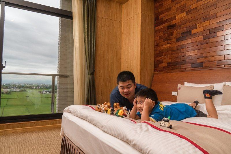 山多利飯店寬敞舒適的客房以不同主題的原木打造而成