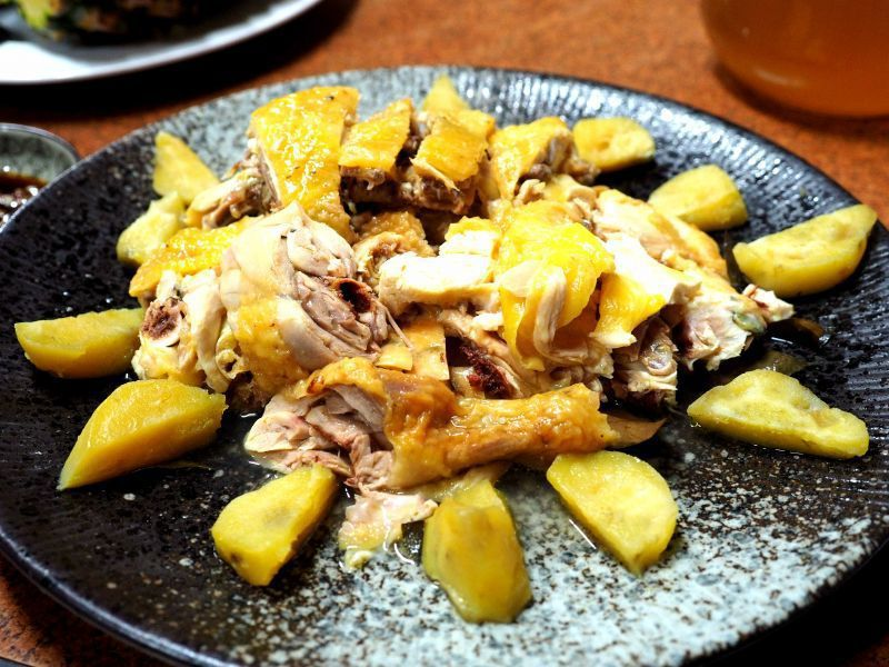 雖然是無菜單料理,但桶仔雞是這間店的招牌料理(欣台灣攝影)
