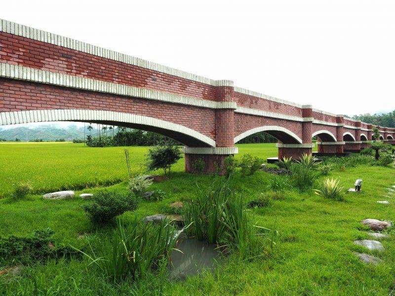 二層坪水橋是全國唯一景觀拱型水橋(欣台灣攝影)