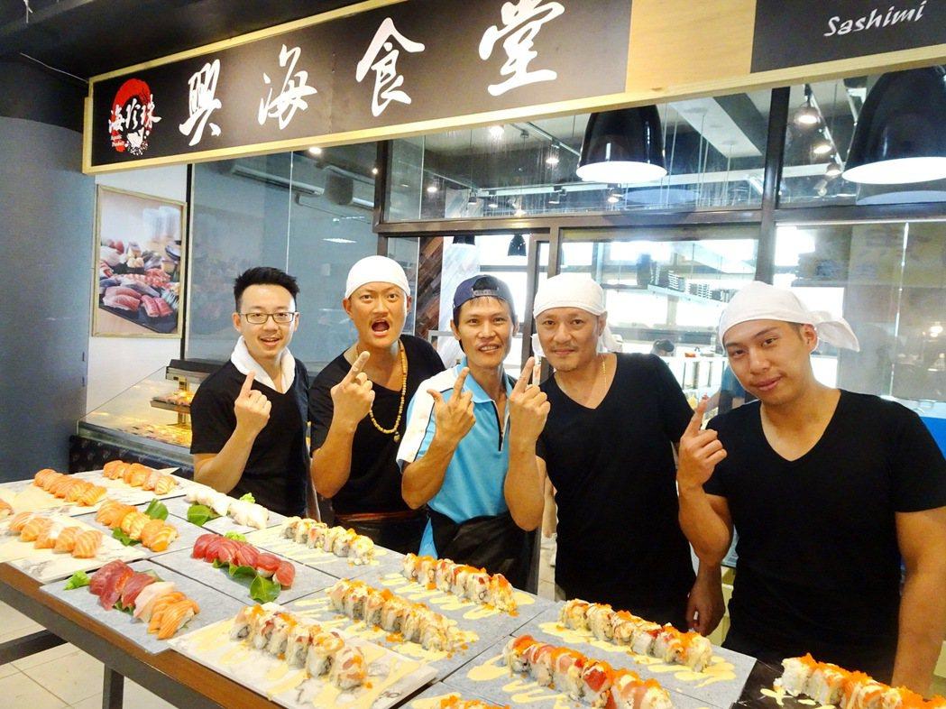 屏東墾丁後壁湖漁港海鮮街昨天重新開張,4名原在台北市高檔日本料理店的師傅,在彭威...
