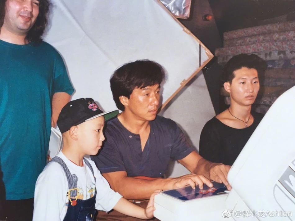 釋小龍貼出童年時與成龍的合照。圖/取自微博