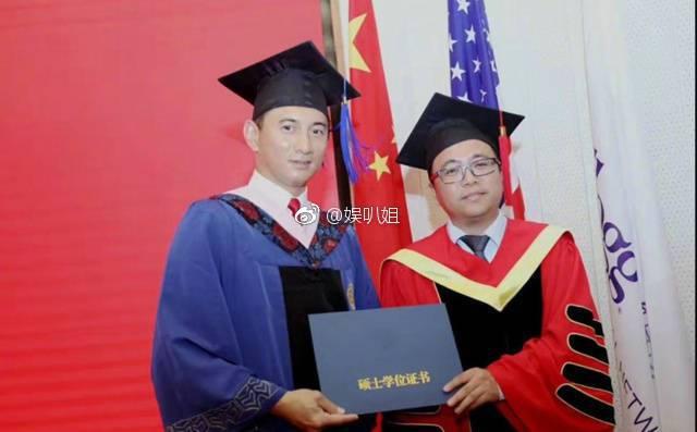 吳奇隆(左)EMBA畢業照曝光。圖/摘自微博
