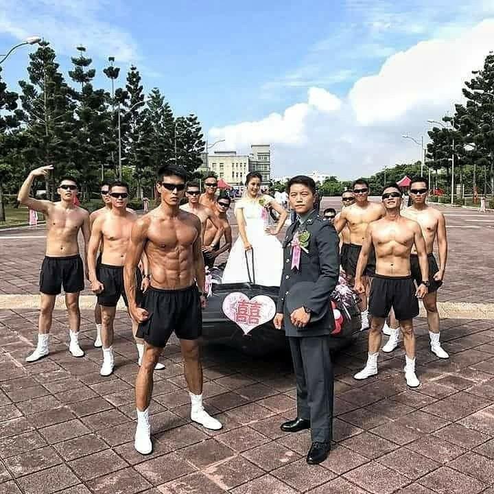 陳禕倫烈日下拍攝頂艇的動作。圖/摘自陳禕倫臉書