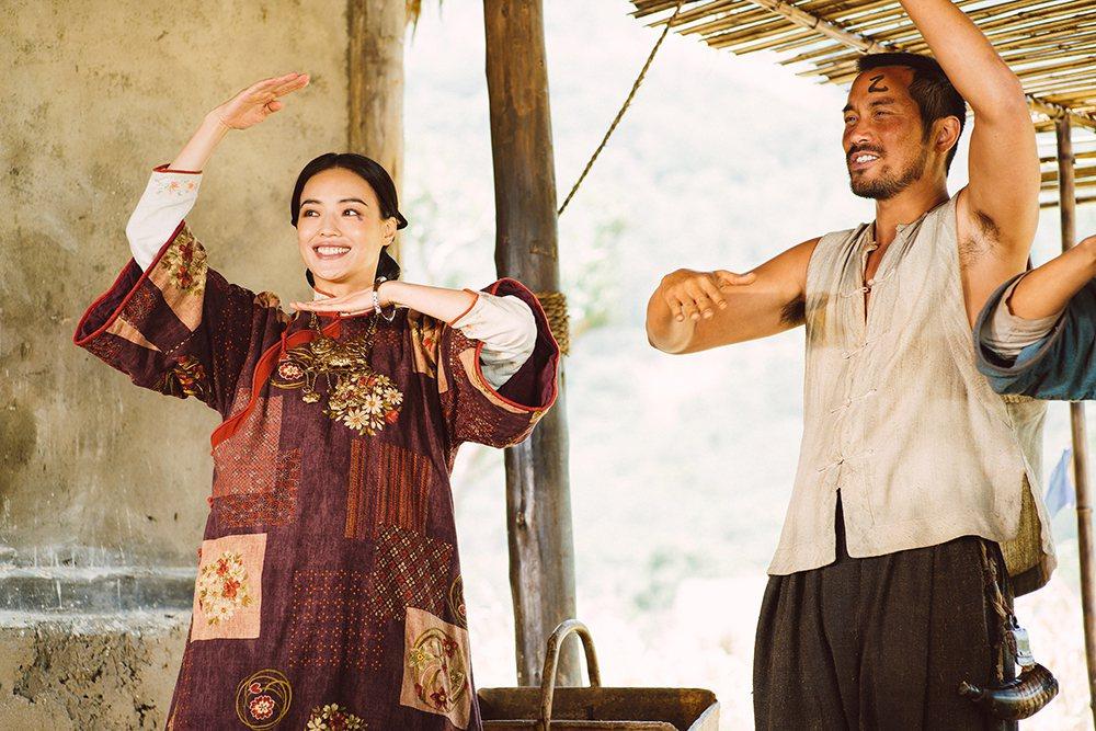 張孝全(右)、舒淇(左)在「健忘村」裡面挑戰不同以往的搞笑演出。圖/牽猴子提供