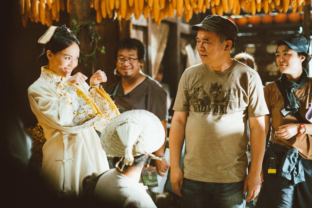 陳玉勳(右)在「健忘村」中教導舒淇演出搞笑戲。圖/牽猴子提供