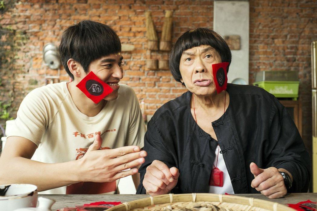 豬哥亮(右)與藍正龍(左)在「大釣哥」中有動人的父子情誼。圖/華聯提供