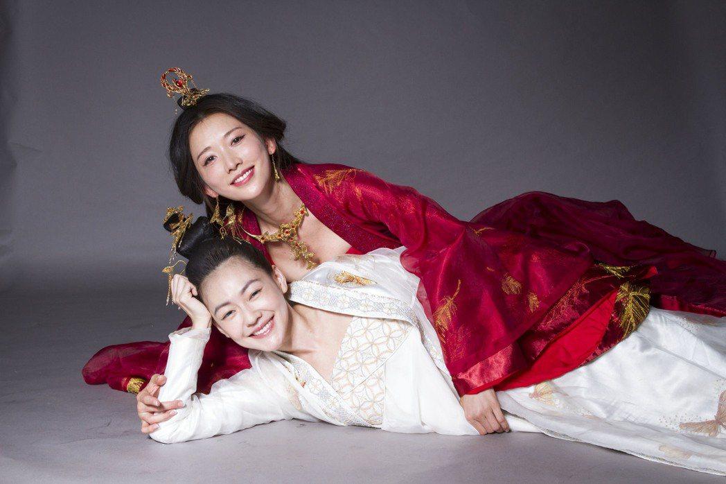 小S(下)、林志玲(上)在「吃吃的愛」當中飾演一對姊妹。圖/凱擘提供