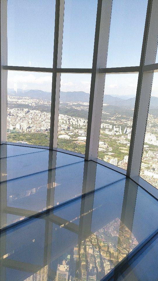 樂天世界塔上的天空甲板。 記者李姿瑩/攝影