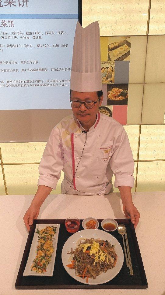 大廚親自示範簡易韓式煎餅與雜菜。 記者李姿瑩/攝影