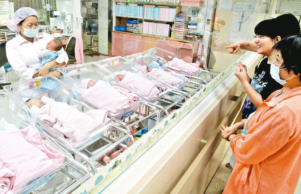 高齡生子有染色體異常風險,恐致先天性畸形與嬰兒夭折機率提高。 本報資料照片