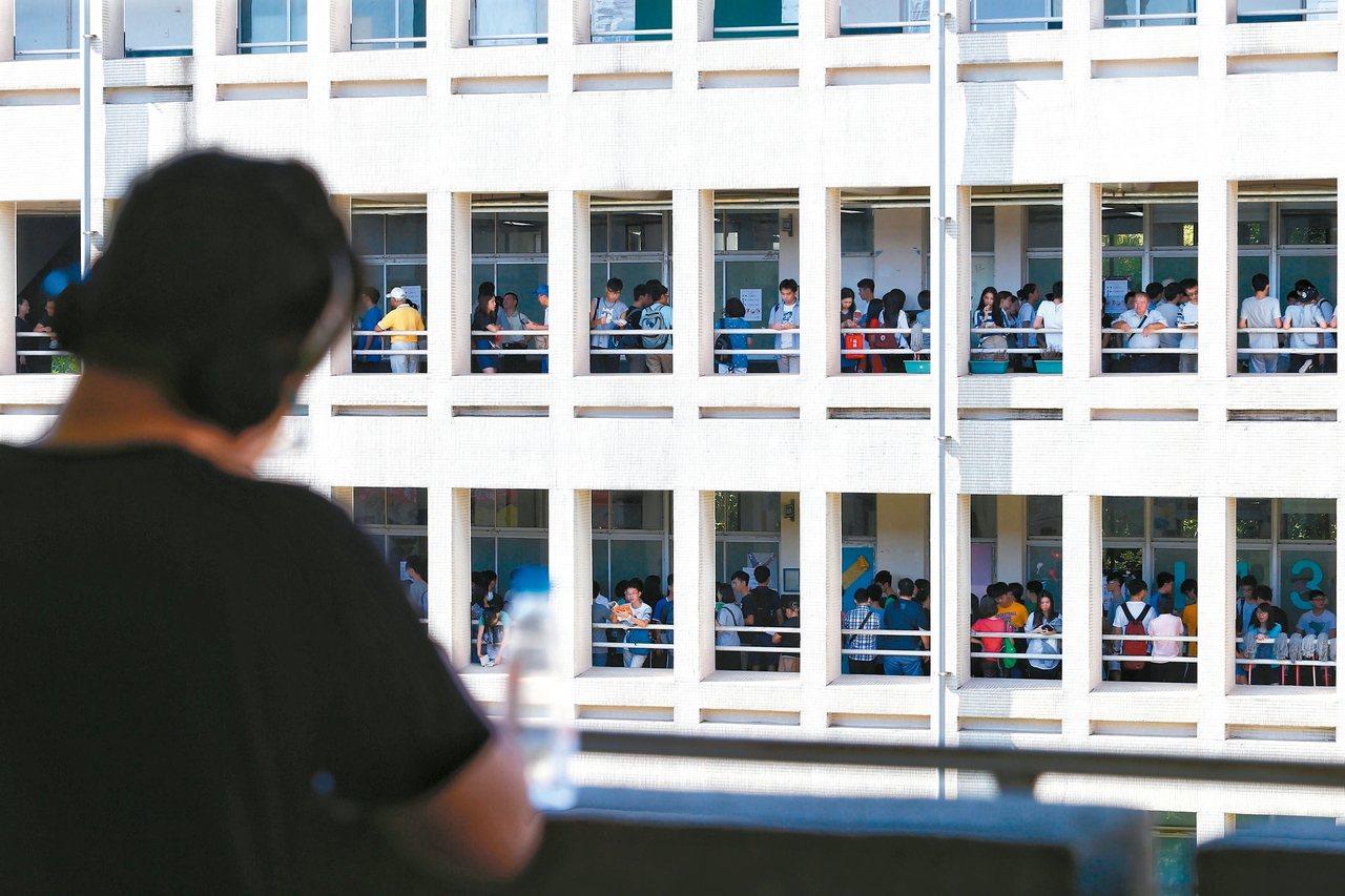 大學指定科目測驗昨天進入第二天,學生把握最後時間k書。 記者程宜華/攝影