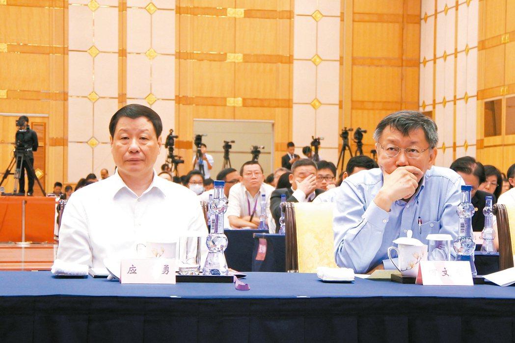 台北、上海雙城論壇昨天開幕,台北市長柯文哲(右)和上海市長應勇(左)致詞時,都不...