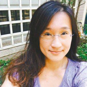 林婉瑜:詩人,曾出版詩集《剛剛發生的事》、《可能的花蜜》、《那些閃電指向你》,2...