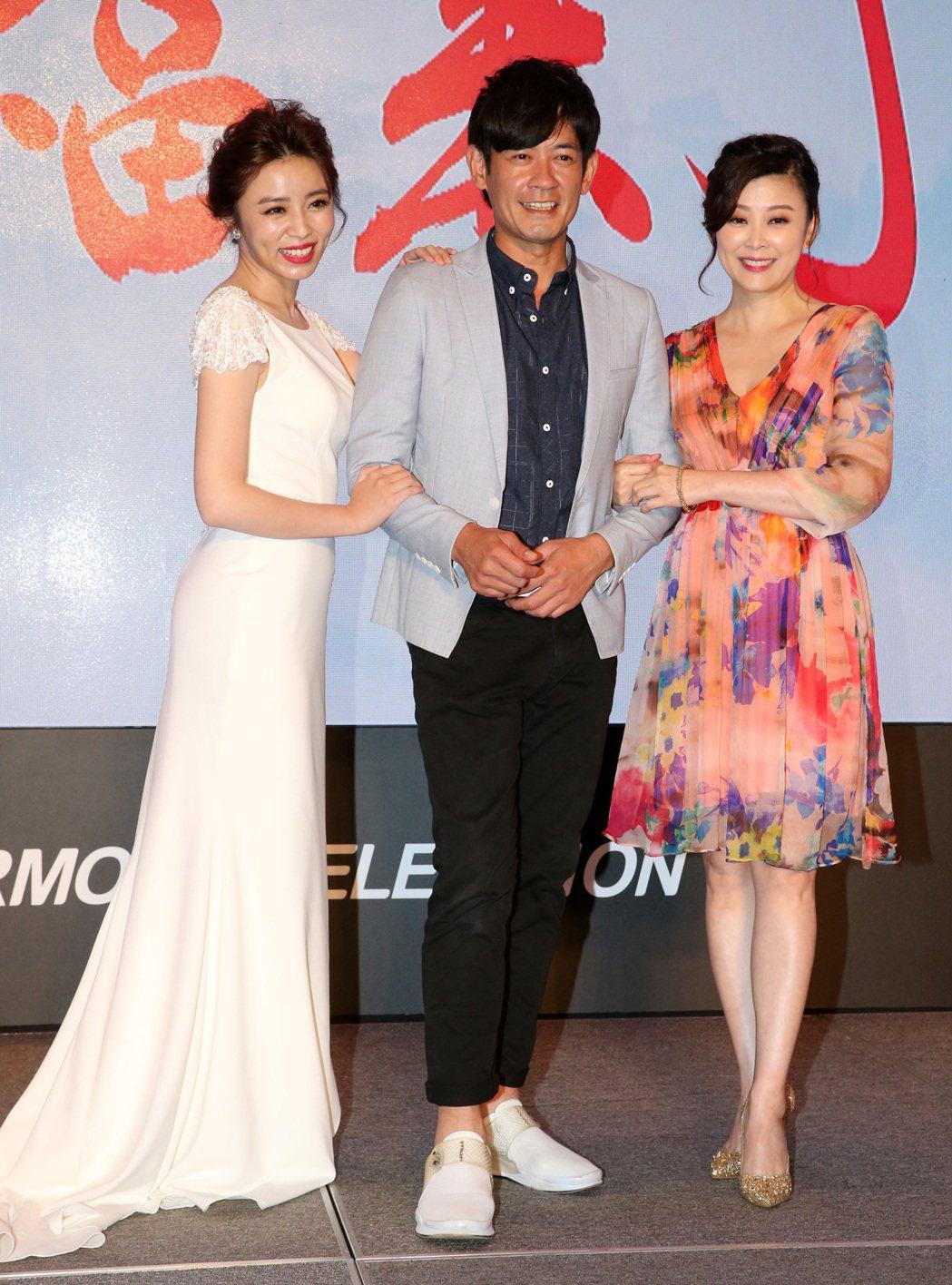 民視最新八點檔大戲「幸福來了」 ,演員柯叔元(中)、王瞳(左)、方馨(右)。記者...