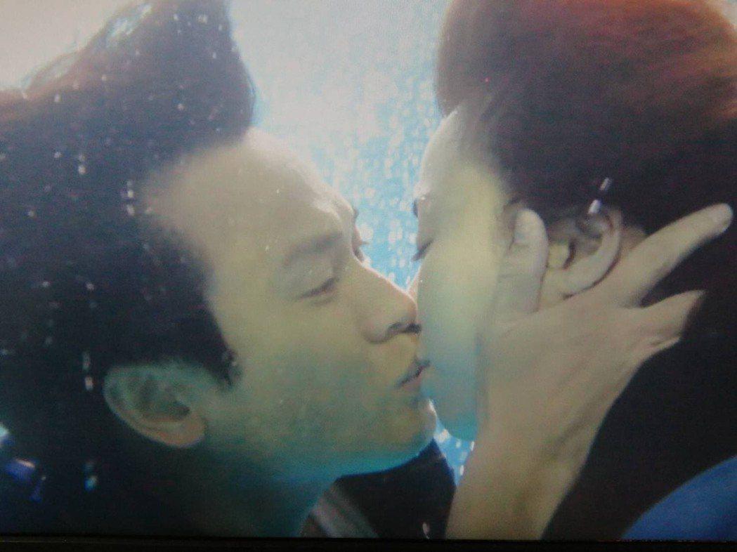 王瞳、王建復落水深吻,拍得像偶像劇。圖/民視提供