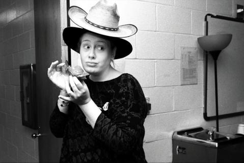 英國歌手愛黛兒臨時取消全球巡演倫敦場的最後兩場演出,惹惱砸大錢買票和訂旅館的粉絲。有人罵她「不敬業」,有人則酸說:「好樣的!愛黛兒,要讓20萬人生氣不簡單喔!」英國「每日郵報」(Daily Mail...