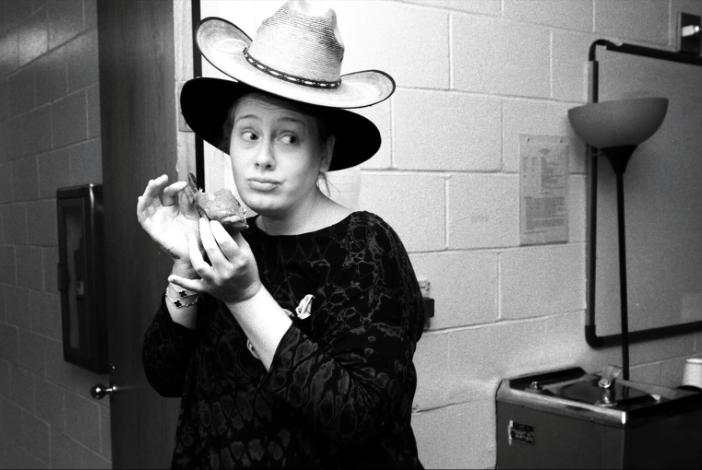 愛黛兒因為聲帶受損臨時取消全球巡演倫敦場的最後兩場演出。 圖/擷自臉書