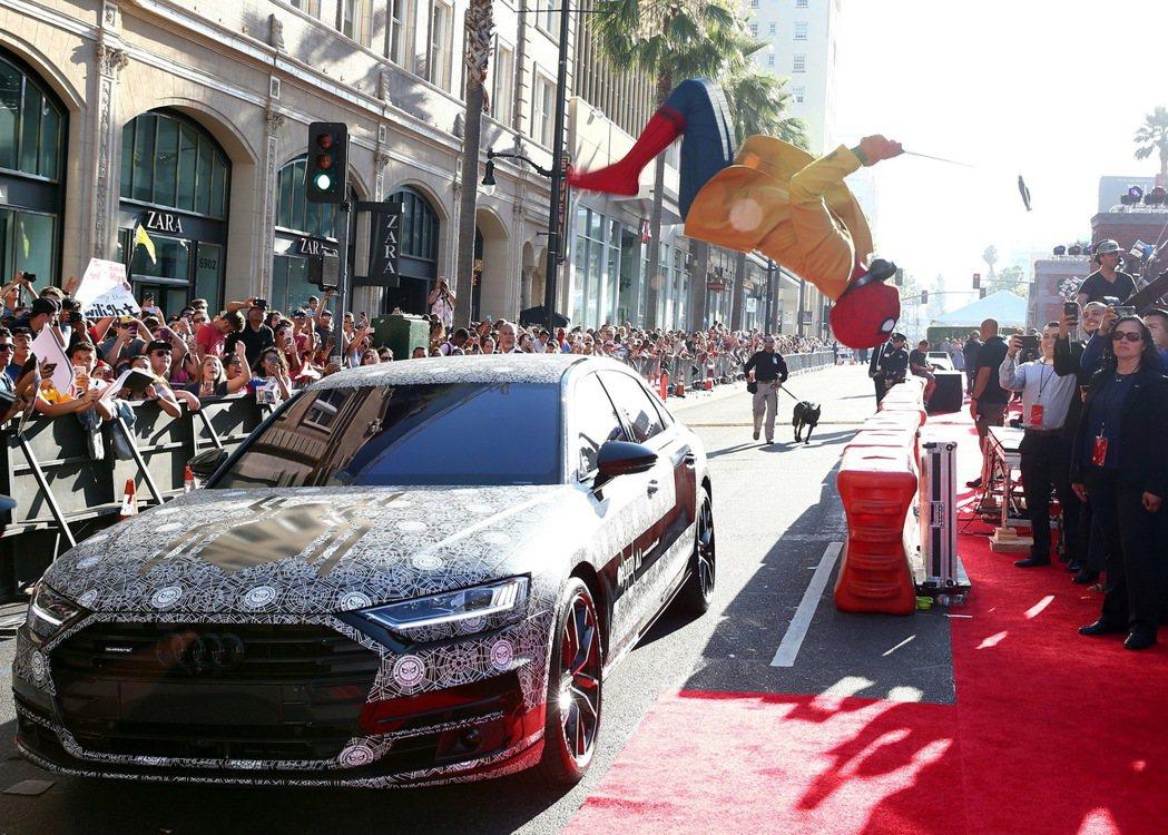 全新世代Audi A8在電影《蜘蛛人:返校日》首映紅毯上,以Audi 設計團隊(...