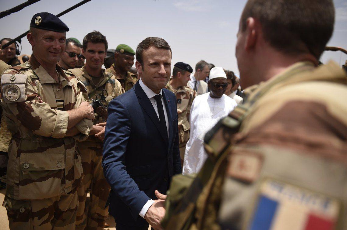 資料圖片:自5月中旬就任以來,馬克宏(中)已是第二次前往馬利,對於西非區域的投入...