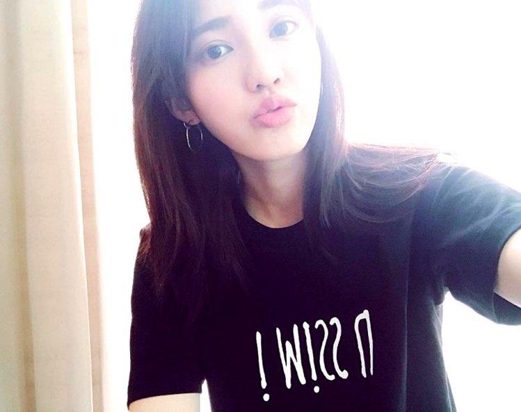 女友王棠云也穿上這款衣服。圖/擷自微博