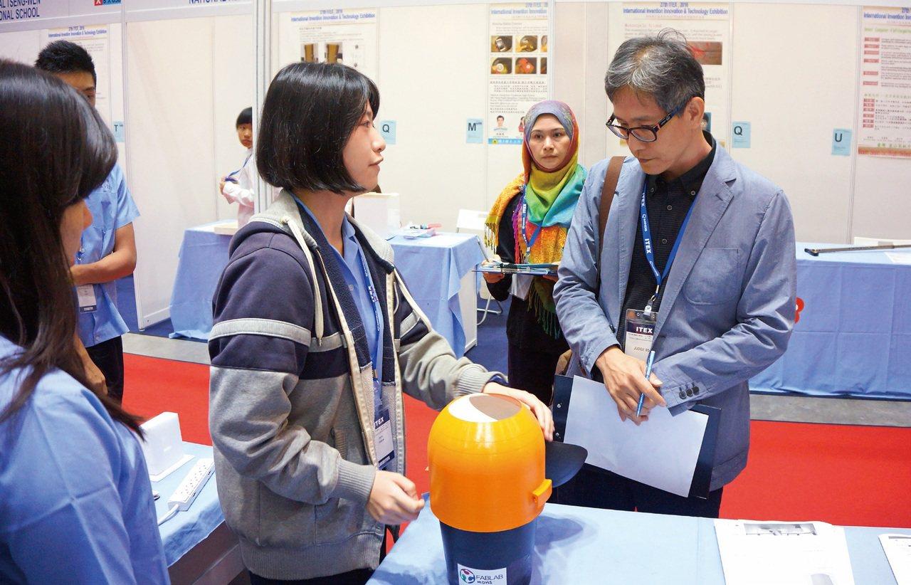 明道中學的學生在該校的Fablab製作自己發明的垃圾桶並參加馬來西亞發明展,摘下...