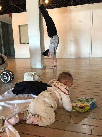 編舞家伴侶名樺與武康的奶爸媽日常。 葉名樺提供。