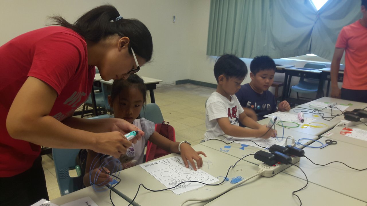 台東大學小小創客美學藝術營隊讓小朋友跳脫傳統框架,在新科技工具協助下發揮想像力。...