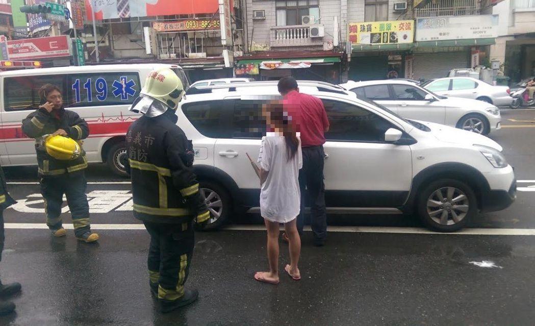 這位年輕媽媽不慎將2歲孩子反鎖車內,警察、消防、鎖匠一同救援,化解危機。圖/嘉義...