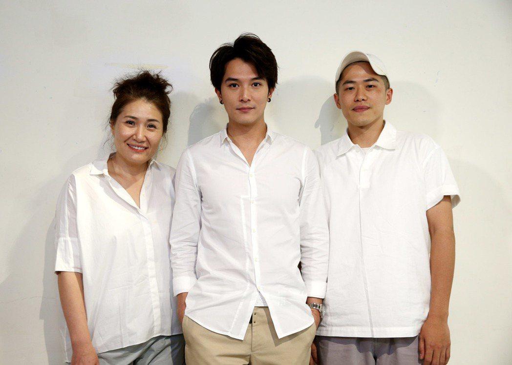 編劇徐譽庭(左)、許智彥(右)執導,由邱澤(中)主演的新片將開拍,今天舉行媒體茶...