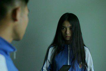 大陸獨立電影「笨鳥(https://goo.gl/r5swei)」入圍台北電影節國際新導演獎,故事描述留守鄉村的高中女生迷失在慾望與金錢的誘惑之中,逐步喪失純真的過程。導演黃驥現在雖然定居北京,但她...