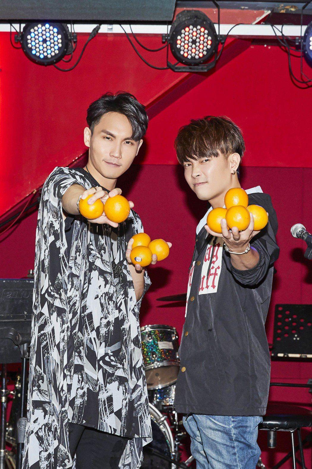 周定緯(左)與許仁杰以「10年有橙」音樂會慶祝星光10周年。圖/好舒服音樂提供