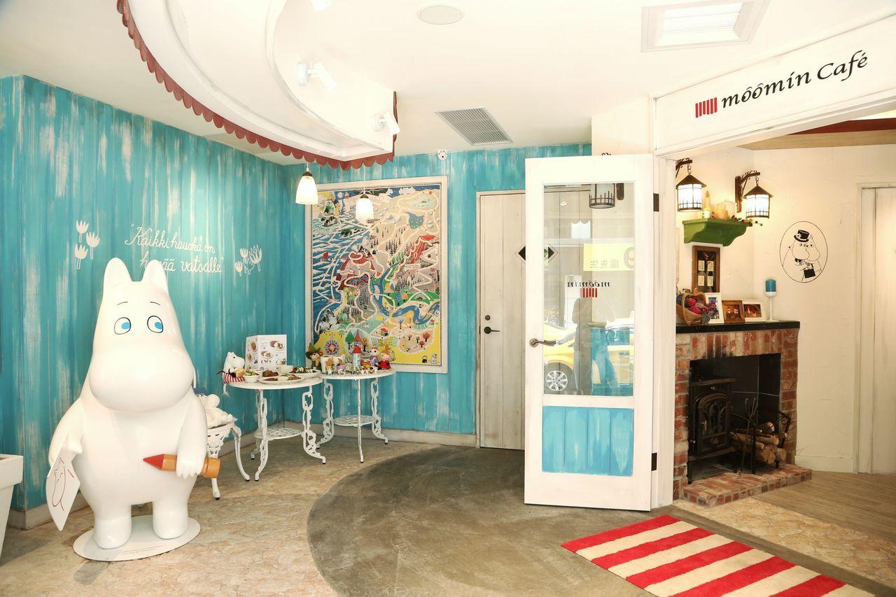 Moomin Café入口處,以活潑的藍、白、紅色為主。記者陳立凱/攝影