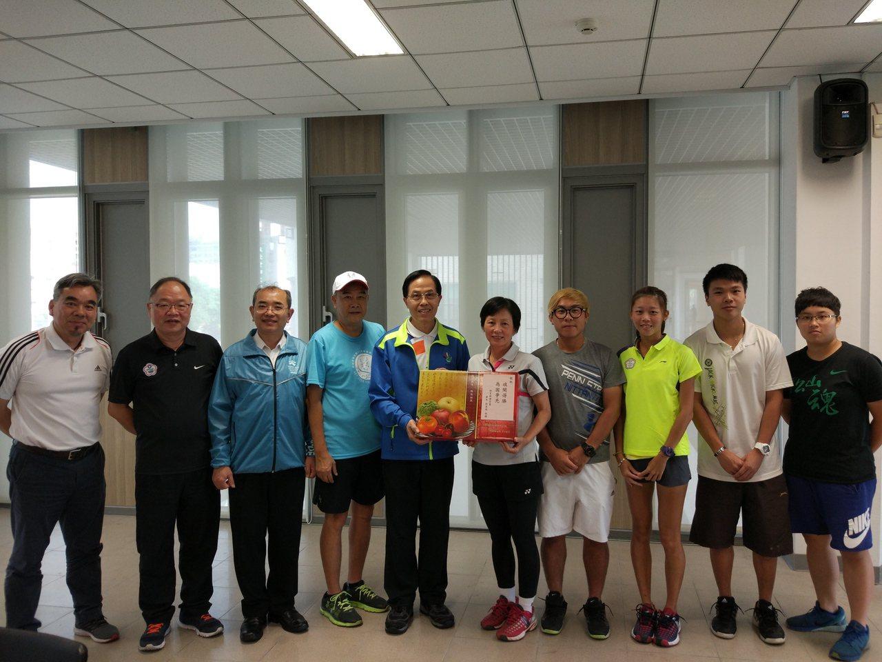 體育署副署長王水文(左五)探視聽奧網球選手,並致贈水果禮盒由何秋美(左六)代表接...