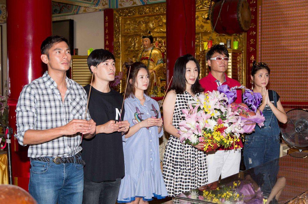 「一家人」劇組到廟裡拜拜祈福。圖/三立提供