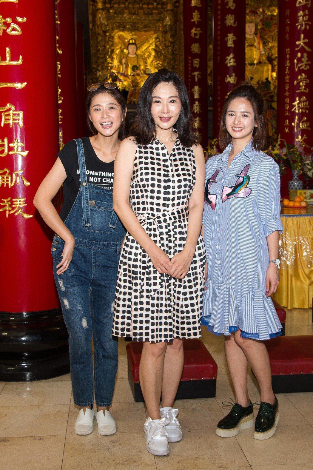 張玉嬿(中)在「一家人」中飾演李燕(左)、臧芮軒的媽媽。圖/三立提供