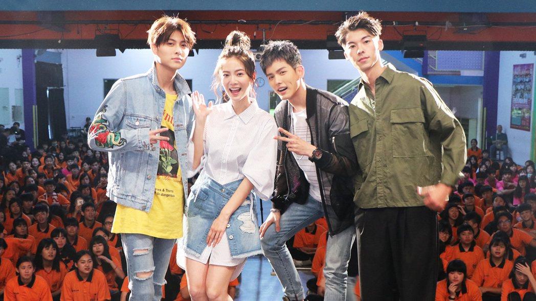 王子(左起)、曾之喬、王以綸、許光漢參加新戲「稍息立正我愛你」校園首映會。圖/中...