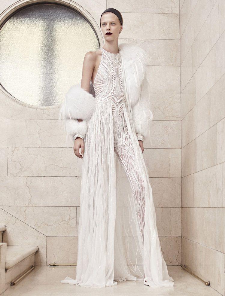 Atelier Versace珍稀皮草如雕塑般製成寬袖大衣,以水貂皮和澳洲長毛狐...