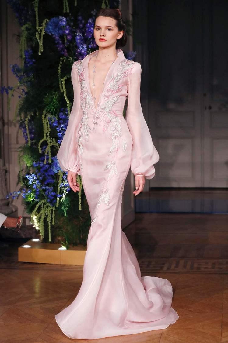 豔麗的綢緞或是閃著金蔥絲線的輕紗,透過蓬裙線條或合身的剪裁呈現婀娜身段,「訂製年...