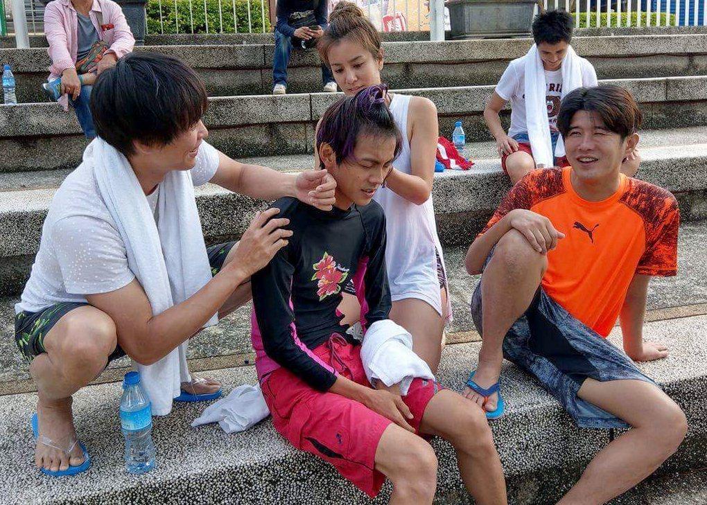 隊員幫阿翔(左二)按摩。圖/TVBS提供