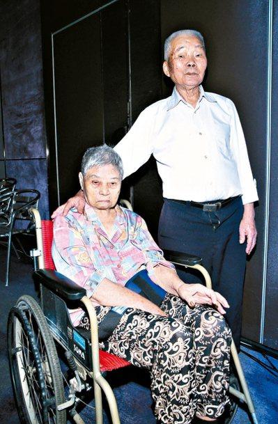 90歲林阿公(右)與妻子林高阿嬤一起出席「一塊陪伴老老照顧」活動。 記者蘇健忠/...