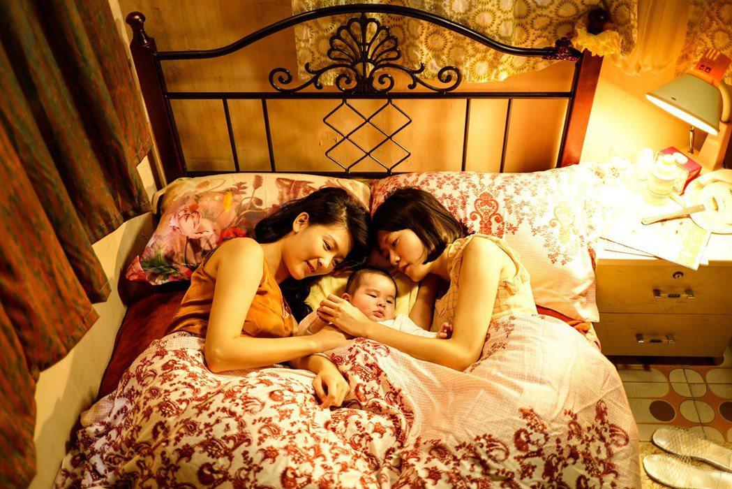 「骨妹」片中淡淡的女女愛情,以及兩女共同撫養一子的情節也與熱門議題多元成家不謀而