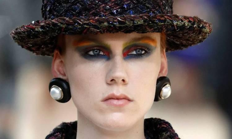 卡爾拉格斐以最純粹的精湛剪裁與刺繡工藝揮灑創意,將充滿巴黎風範的優雅DNA透過貫...
