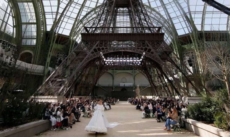 香奈兒創意總監卡爾拉格斐將艾菲爾鐵塔搬進巴黎大皇宮裡,讓造訪來賓就像環坐在鐵塔下...