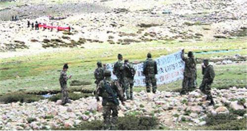 2010年中印兩軍在邊境線對峙,互相拉布條抗議。 (中華網)